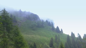 Mistige wolken die zich in de bergen bewegen Stock Foto's