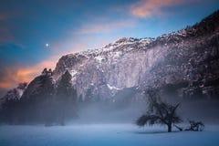 Mistige Yosemite-ochtend met maan en wolken Stock Fotografie
