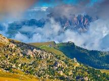Mistige zonnige ochtend op de Val Gardena-vallei Royalty-vrije Stock Foto
