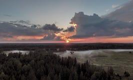 Mistige zonsondergang in aard Stock Foto's