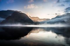 Mistige zonsopgang over de bergen stock fotografie