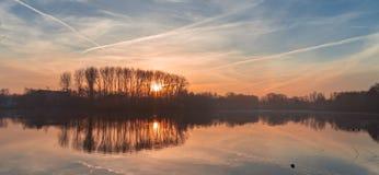 Mistige zonsopgang over meer stock foto's