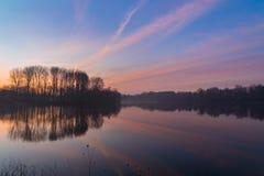 Mistige zonsopgang over meer royalty-vrije stock foto