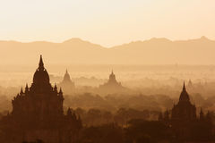 Mistige Zonsopgang over Tempels in Bagan, Myanmar Royalty-vrije Stock Fotografie