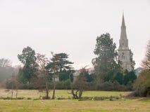 Mistley kristen kyrka som sett från över ett fält med träd in royaltyfria bilder