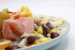 Misto di insalata e di frutta fresche sul piatto Fotografia Stock Libera da Diritti