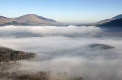Mistopheldering over Keswick, Cumbria, het UK. Stock Afbeeldingen