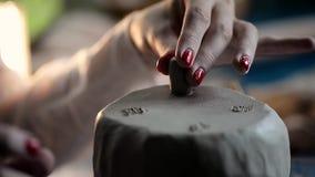 Mistrzów kije z muśnięciem i wod nogami na kawałku glina Kreatywnie proces zbiory
