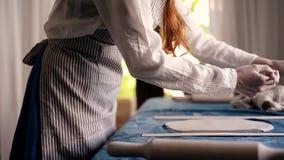 Mistrz kształtuje garncarstwo na błękitnej kanwie kreatywnie proces Daje kształtowi twój produkt Podstrzyżenie nadmiaru krawędzie zbiory