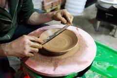 Mistrz mierzy z władcą szerokość talerz, robić rozkazywać od czerwonej gliny Produkt zrobi na garncarce obraz royalty free