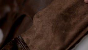 Mistrz pracy w meblarskiej fabryce Produkcja miękka piękna kanapa zdjęcie wideo
