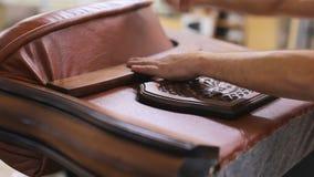 Mistrz pracy w meblarskiej fabryce Produkcja miękka piękna kanapa zbiory wideo
