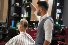 Mistrz pudruje klienta dla perfect fryzury w zakładzie fryzjerskim obraz royalty free