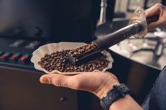 Mistrz ręki sprawdza stopnie prażak kawa Fotografia Stock