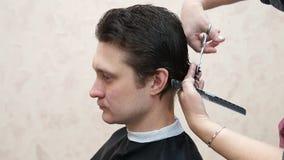 Mistrz robi fryzura mężczyzna Hairstyling proces zbiory
