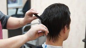 Mistrz robi fryzura mężczyzna Hairstyling proces zdjęcie wideo