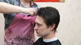 Mistrz robi fryzura mężczyzna Hairstyling proces zbiory wideo