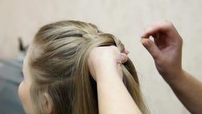 Mistrz robi fryzury dziewczyny Hairstyling proces zdjęcie wideo