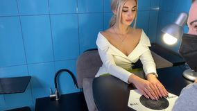 Mistrz robi manicure'u klienta zdjęcie wideo