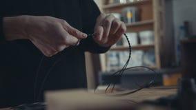 Mistrz robi retro elektryka czerni drutu skrętom Rzemiosło, loft Zdjęcia Royalty Free