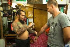 Mistrz robi tradycyjnemu tatuażu bambusowi Zdjęcie Royalty Free