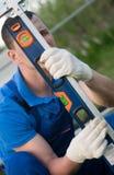 Mistrz sprawdza poziom poprawny zgromadzenie szklarnia metal rama zdjęcie royalty free
