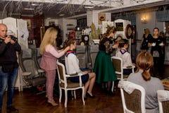 Mistrz stawia włosy w updo wywołuje Fotografia Royalty Free