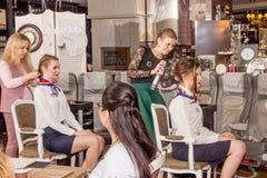 Mistrz stawia włosy w updo wywołuje Zdjęcie Royalty Free