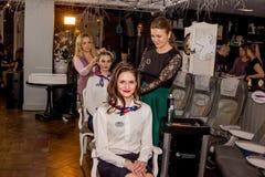 Mistrz stawia włosy w updo wywołuje Zdjęcia Royalty Free