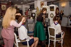 Mistrz stawia włosy w updo wywołuje Obrazy Stock