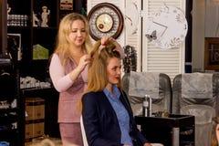 Mistrz stawia włosy w updo wywołuje Obraz Royalty Free