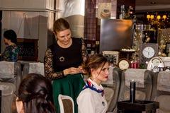 Mistrz stawia włosy w updo wywołuje Zdjęcia Stock