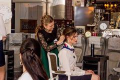 Mistrz stawia włosy w updo wywołuje Obrazy Royalty Free