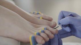 Mistrz stosuje ochronnego narzut na nożnych gwoździach w piękno salonie zbiory wideo