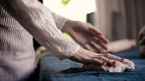 Mistrz ugniata gomółki glina na błękitnej brezentowej tkaninie, rzuca Modelarska glina, handmade zbiory wideo