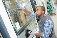 Mistrz z śrubokrętem ustawia dopasowania na okno Fotografia Stock