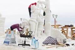 Mistrzowie sculpt śnieżną rzeźbę Obraz Stock