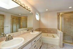 Mistrzowska łazienka z dwoistym bezcelowość gabinetem, prysznic i zdjęcie royalty free
