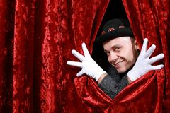 Mistrzowska ceremonia na scenie w białych rękawiczkach przy czerwonym tłem fotografia royalty free