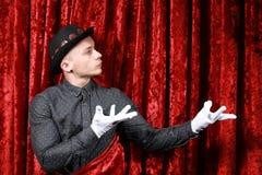 Mistrzowska ceremonia na scenie w białych rękawiczkach przy czerwonym tłem obraz stock