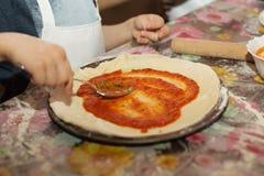 Mistrzowska klasa dla dzieci na kulinarnej Włoskiej pizzy Obrazy Stock