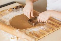 Mistrzowska klasa dla dzieci na wypiekowych bożych narodzeń ciastkach Młody chi Obraz Stock