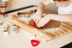 Mistrzowska klasa dla dzieci na wypiekowych bożych narodzeń ciastkach Młody chi Zdjęcie Royalty Free