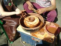 Mistrzowska klasa na ceramicznym kole zdjęcie stock
