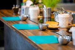 Mistrzowska klasa w kuchni Cook miejsce pracy Proces kucharstwo Krok po kroku _ Zakończenie zdjęcie stock