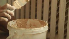 Mistrzowski budowniczy podnosi w g?r? tynk szpachelki od plastikowego wiadra Naprawa w mieszkaniu budowy salowa obrazu rolownika  zdjęcie wideo