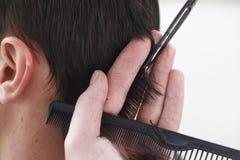 Mistrzowski fryzjer i stylista w pracującym procesie fotografia stock
