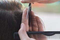 Mistrzowski fryzjer i stylista w pracującym procesie fotografia royalty free