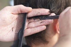 Mistrzowski fryzjer i stylista w pracującym procesie obrazy stock