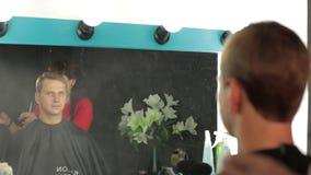 Mistrzowski fryzjer z mustach tytułowania włosy z kiścią zdjęcie wideo
